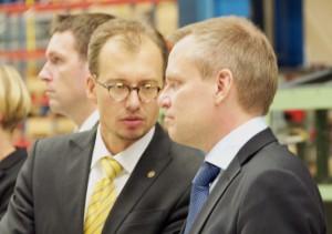 Vice statssekreterare Gábor Márki i samtal med FXM:s Ulf Hammarström på BAE i Karlskoga. Foto: BAE