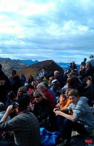 Tusentals besökare samlades i aplerna för att se på flyguppvisningen.