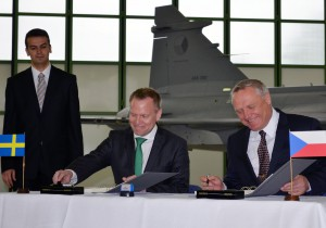 Avtalet signerades av den tjeckiske vice försvarsministern Bohuslav Dvořák och av Ulf Hammarström, generaldirektör för FXM. Foto: FXM