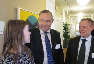 Moderator Erika Svensson från Ledarna i samtal med Saabs VD Håkan Buskhe och FXM:s generaldirektör Ulf Hammarström.
