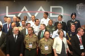 Under fotograferingen av de officiella delegationerna. Längst fram till vänster Brasiliens försvarsminister Jacques Wagner. Andra raden i mitten av bilden FXM:s generaldirektör Ulf Hammarström som ledde den svenska delegationen.
