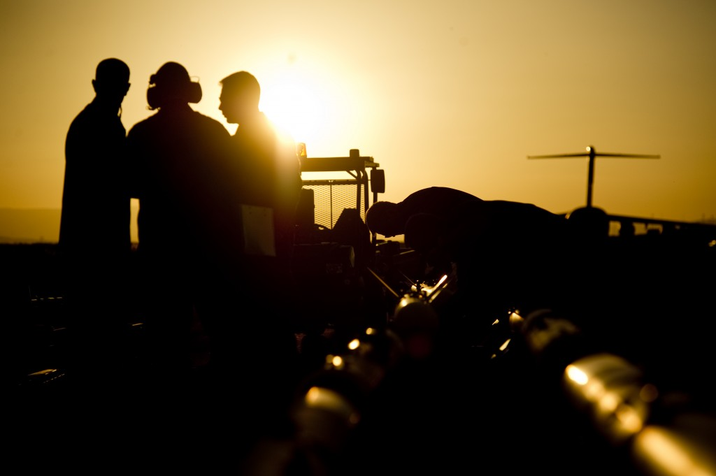 SIGONELLA.De första enheterna ur det svenska bidraget till FN-insatsen i Libyen har landat på NATO-basen Sigonella, på Sicilien, 23 timmar efter regeringsbeslutet. Personal ur FL01 iordningställer de 8:a flygmaskinerna som ska delta i operationen.   Det är de 8:a stycken JAS 39 Gripen C som är på den bas där de svenska enheterna kommer att baseras under insatsen. Övriga delar av förbandet, FL01, kommer fortlöpande att ombaseras. Förutom att ombasera all utrustning och komma iordning på basen kommer förbandet att fortsätta att utbilda sig till de specifika insatsregler som gäller för insatsen.  Huvuddelen av det svenska bidraget om cirka 130 personer kommer från EAW (expeditionary air wing) som stått i beredskap åt den nordiska stridsgruppen, cirka 110 personer. Styrkan kompletteras med 20 specialistmedarbetare. Foto: Sergeant Johan Lundahl/Combat Camera/Försvarsmakten.Bilden får användas av media utan kostnad om fullständig byline anges