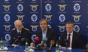 Arne Hedén från Försvarsdepartemnetet, Tjeckiens försvarsminister Martin Stropnický och FXM:s generaldirektör Ulf Hammarström på den pressträff som arrangerades i samband med firandet.