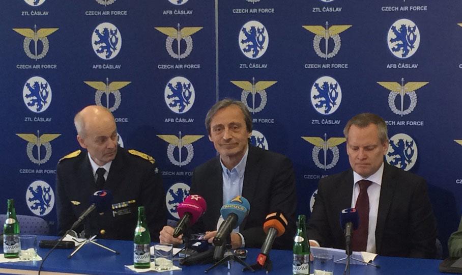 Arne Hedén från Försvarsdepartementet, Tjeckiens försvarsminister Martin Stropnický och FXM:s generaldirektör Ulf Hammarström på den pressträff som arrangerades i samband med firandet.
